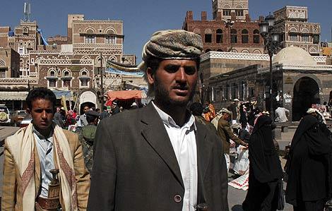 Ciudadanos en un mercado de Sanaa, en Yemen. | Afp