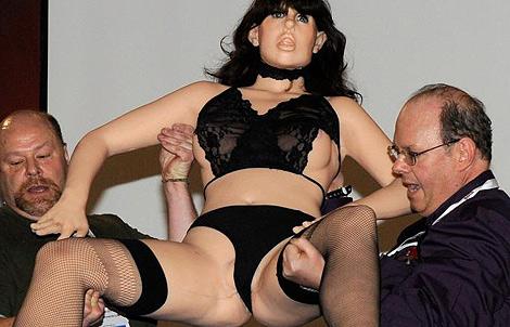 Dos hombres trasladan a la muñeca-robot Roxxxy en el Salón del erotismo de Las Vegas. | Afp