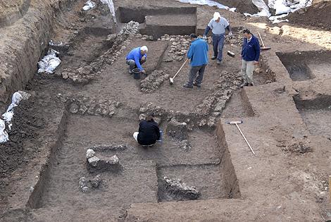 Excavación en la que arqueólogos israelíes han descubierto en Tel Aviv una vivienda de hace 8.000 años. | Efe