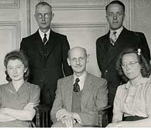 Miep Gies, de frente ala izquierda, Otto Frank, sentado en el centro, y el resto de ayudantes. | Ap