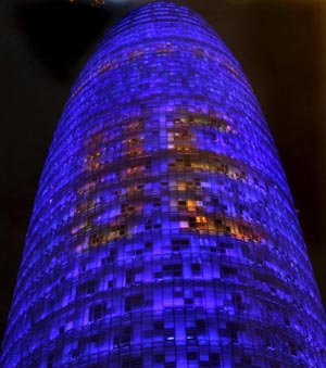 La torre Agbar de Barcelona iluminada con motivo del inicio de la presidencia espaola de la Unin Europea.| Efe
