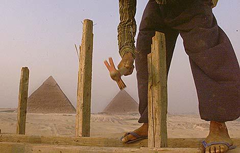 Un niño trabaja en las cercanías de las Pirámides de Giza, en 1999.| AP