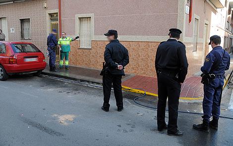 La policía inspecciona el lugar del crimen. | Cristóbal Lucas