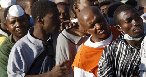 Una multitud de haitianos busca trabajo en el aeropuesto de Puerto Príncipe | Efe