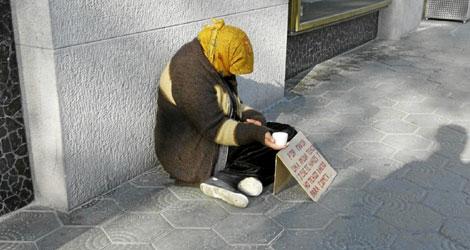 Una mujer indigente pide dinero en la calle | Dòmenec Umbert