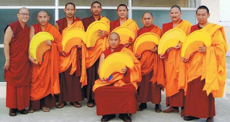 Los monjes tibetanos que participan en el Tour. | ELMUNDO.es