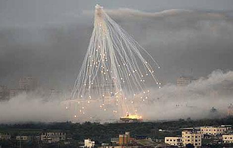 Una bomba racimo explota sobre Gaza durante la ofensiva israelí de hace un año. | Reuters