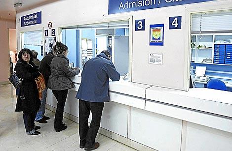 Varios pacientes pidiendo cita en un centro de salud público. | Iñaki Andrés