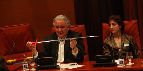 Wagensberg muestra un estoque a los diputados, ante Espido Freire. | Quique García