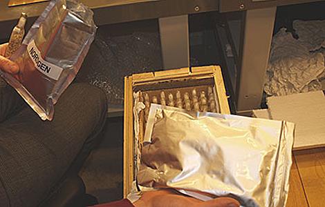 Las muestras de semillas se introducen en paquetes con tres capas de aluminio.   Emilio Amade