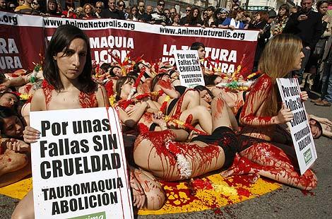 Los integrantes del colectivo antitaurino rociados con sangre artificial | Reuters