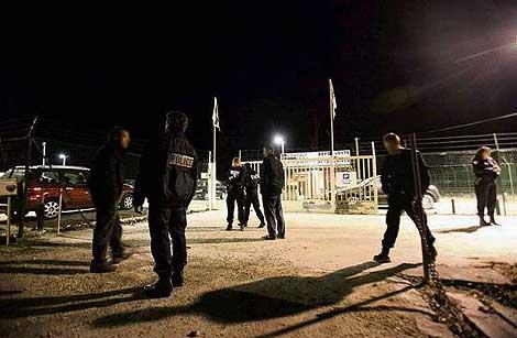 Un grupo de policías franceses en el lugar donde fue asesiando su  compañero. | Le Parisiene
