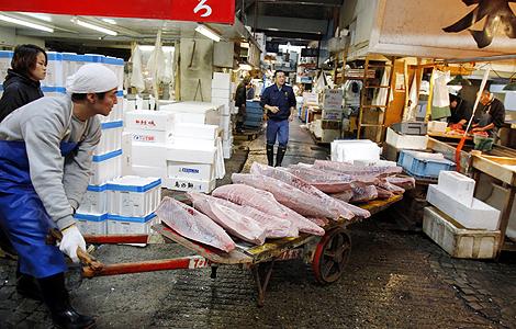 Atún rojo congelado en un mercado de Tokio.   AP
