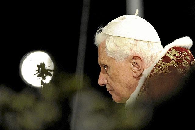 Benedicto XVI celebra el Via Crucis en la procesión del Viernes Santo realizada en el Coliseo de Roma en 2009. | Danilo Schiavella