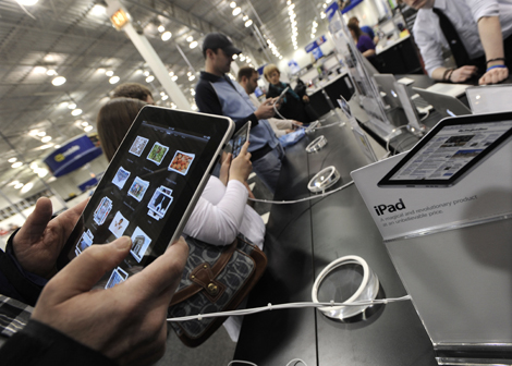 Clientes de una tienda de Chicago prueban el iPad. | AP