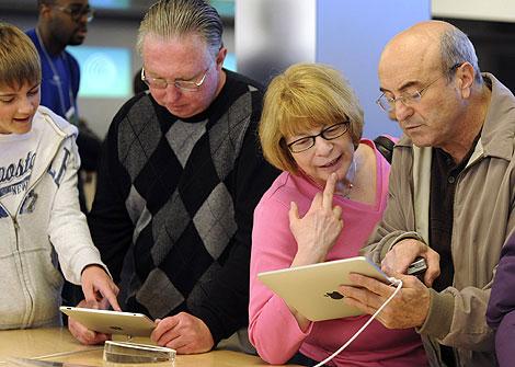 Algunos consumidores prueban el iPad en una Applestore. | AP