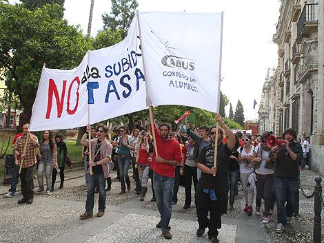 Los alumnos de la Hispalense manifestándose en la antigua Fábrica de Tabacos. | Carlos Márquez