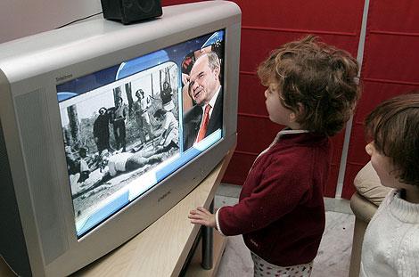 Dos niños miran la televisión. | Esther Lobato