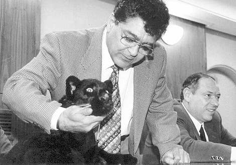 El domador acaricia a una pantera negra en 1996. | Carlos Arranz
