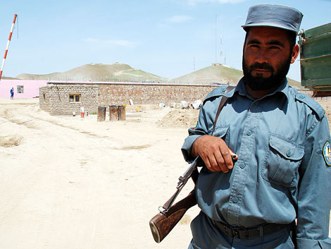 Un policía afgano en la entrada del nuevo acuartelamiento del ejército en Badghis. M. BERNABÉ