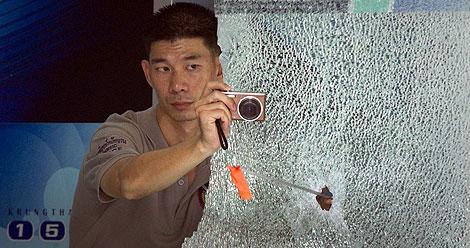 Un investigador, en la escena del crimen. | Reuters
