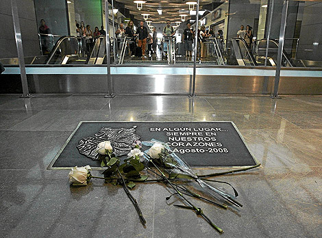 Placa conmemorativa en homenaje a las víctimas del accidente. | D.  Sinova
