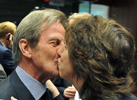 Bernard Kouchner besa a Catherine Ashton, jefa de la diplomacia de  la UE. | Afp
