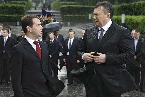 Viktor Yanukovych conversa Dmitry Medvédev durante un acto en  Kiev.| Efe