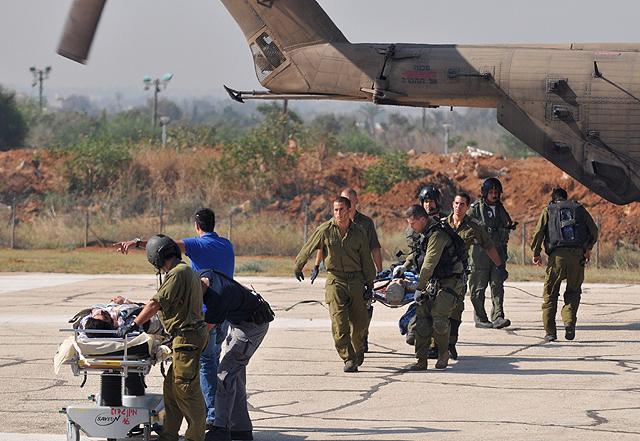 Soldados israelíes evacúan a los heridos, en Tel Aviv, tras atacar  la flotilla internacional. | Afp