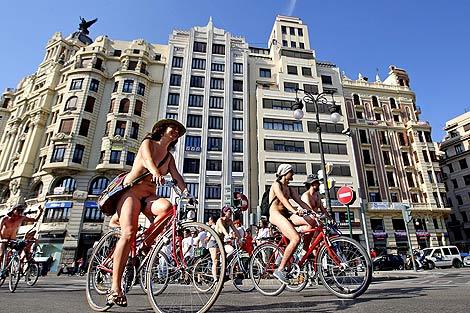 Los nudistas con sus bicicletas por el centro de la ciudad | Efe