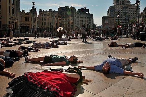 Los participantes en la pelea se arrojaron al suelo tras la señal  de una mujer con quimono | Efe