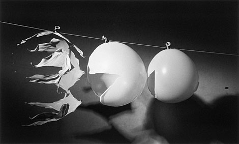 Bala atravesando tres globos, 1959. | Palm Press. Edgerton