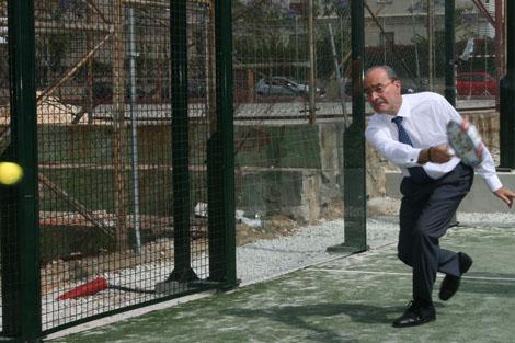 El alcalde jugando al pádel en el centro deportivo El Cónsul. |N. Alcalá