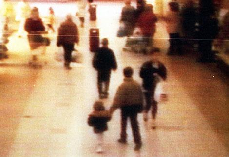 James Bulger, de la mano de uno de sus asesinos en 1993. | El Mundo