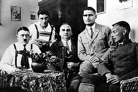 Hitler, Rudolf Hess y otros colaboradores, en Landsberg. | Getty