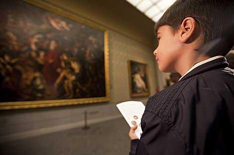 Un niño participa en un juego de pistas en el Museo del Prado. | Roberto Cárdenas