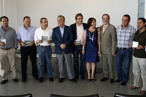 Algunos alcaldes y Salvador Pendón con los PGOU. | Carlos Díaz