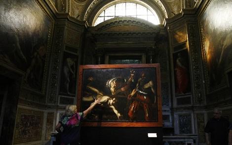 La responsable de los museos romanos, ante el lienzo. | Ap