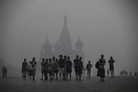 El humo de los incendios forestales cubre la Plaza Roja de Moscú. | AP