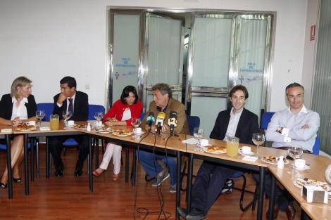 La directiva del club, con el presidente (en el centro, con chaqueta marrón), durante el encuentro. | A. G.
