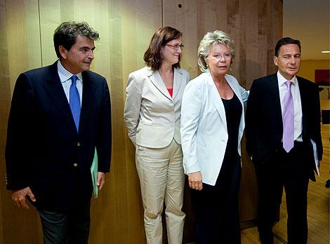 Pierre Lellouche, Cecilia Malmström, Viviane Redin y Eric Besson, ante de la reunión. | Efe