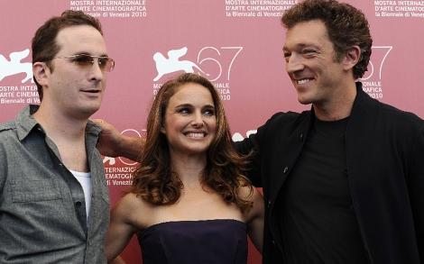 El cineasta (dcha.), con Portman y Portman y el actor francés Vincent Cassel.   Afp