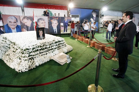Hariri, ante un memorial en honor de su padre. | Reuters