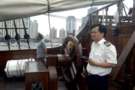 Un práctico naval del puerto de Shanghai a bordo del galeón junto a Manuel Murube, que capitaneará el buque. | Efe