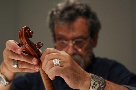 Amnon Weinstein, con uno de los violines del Holocausto. | Chab Lathion