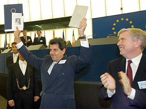 Oswaldo Payá (c) muestra el premio del Parlamento Europeo en 2002. | Ap