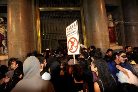 Momento en el que decenas de activistas entran en el edifico | S. Cogolludo