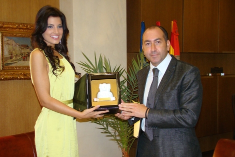 Paula Guilló recibe una placa del alcalde de Elche, Alejandro Soler. | E.M.