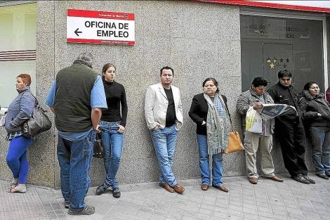 Cola de parados, con algunos inmigrantes, ante una oficina del Inem en Madrid. | Bernardo Díaz