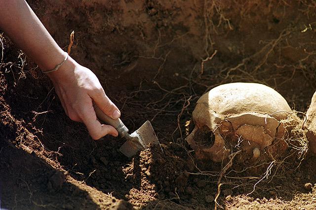Restos en la exhumación de Piedrafita. | J. M. López